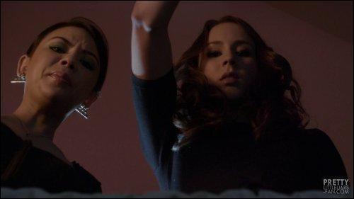 A la fin de cet épisode, à l'enterrement de Wilden, Spencer ainsi que Mona trouvent un téléphone dans le cercueil, mais à qui appartient-il ?