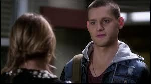 Dans l'épisode 11, un nouveau personnage apparaît et dit à Hanna qu'il sait que sa mère n'a pas tué Wilden. Comment s'appelle-t-il ?