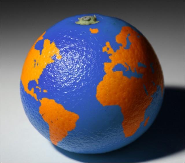 """""""La Terre est bleue comme une orange..."""" Qui nous a laissé ce poème extrait du recueil """"L'amour, la poésie"""" ?"""