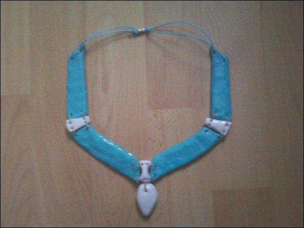 D'où vient ce collier bleu ?