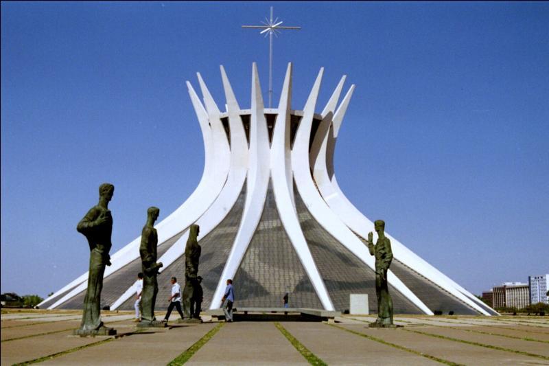 Le 12 juillet 2014, à l'Estádio Nacional, une équipe gagnera la troisième place. Ce stade est situé dans la nouvelle capitale du Brésil, fondée au centre du pays de 1956 au 21 avril 1960, qui est :