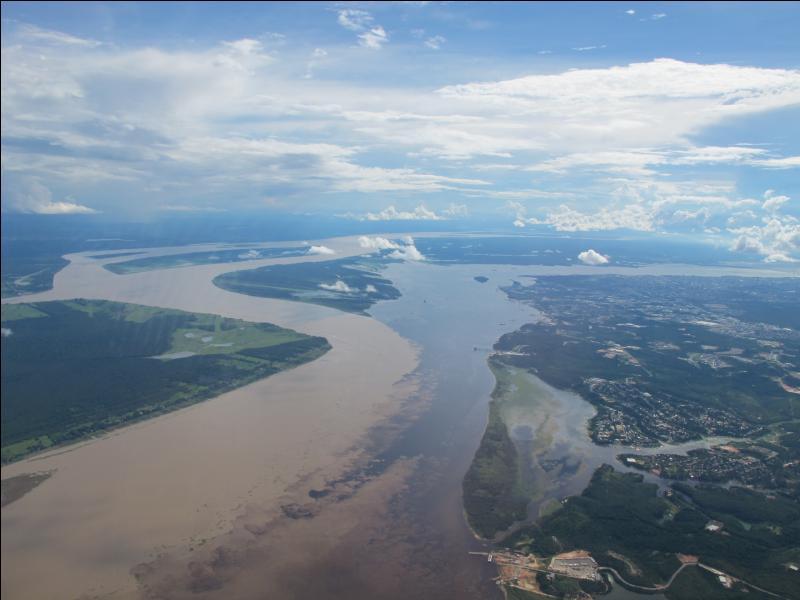 Le match Angleterre-Italie aura lieu à l'Arena Amazônia, nouveau stade inauguré le 9 mars 2014 dans cette ville située au confluent du Rio Negro et du Rio Solimoes qui donnent naissance au fleuve Amazone. Quelle est cette ville ?