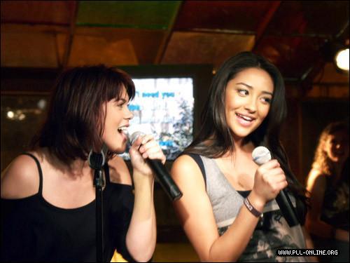 Quelle est la chanson interprétée par Paige et Emily lors d'un karaoké ?