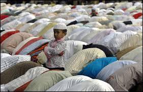 Sous la direction de qui prient-ils ?
