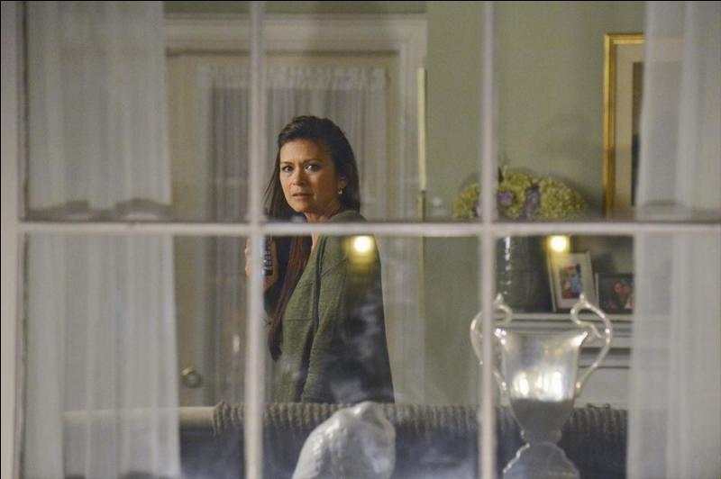 Qu'arrive-t-il à la mère d'Emily, alors qu'elle se trouve dans son salon ?