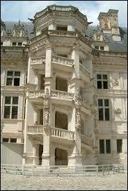 François 1er était un roi bâtisseur. On lui doit la construction ou la rénovation de nombreux châteaux. A quel château appartient ce célèbre escalier monumental ?