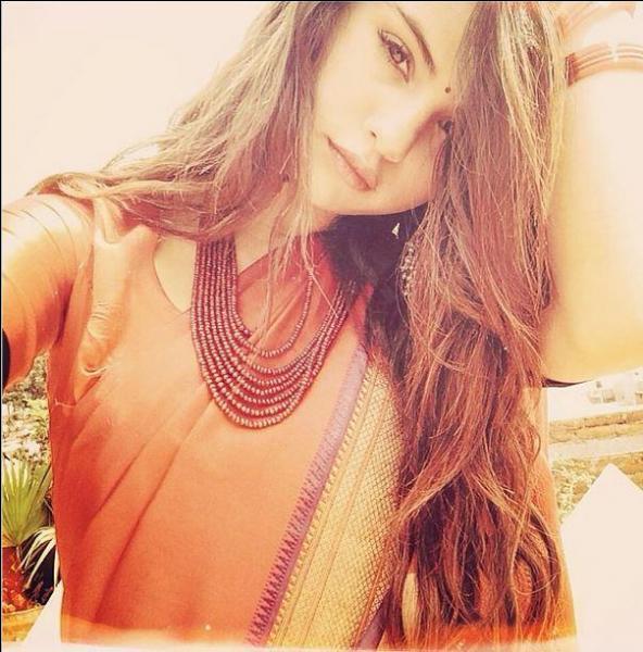 Sur cette photo, où est Selena ?