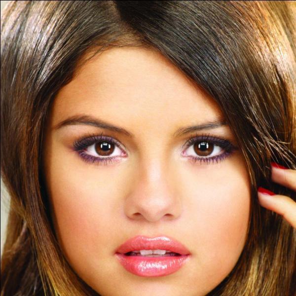 De quelle couleur sont les yeux de Selena ?