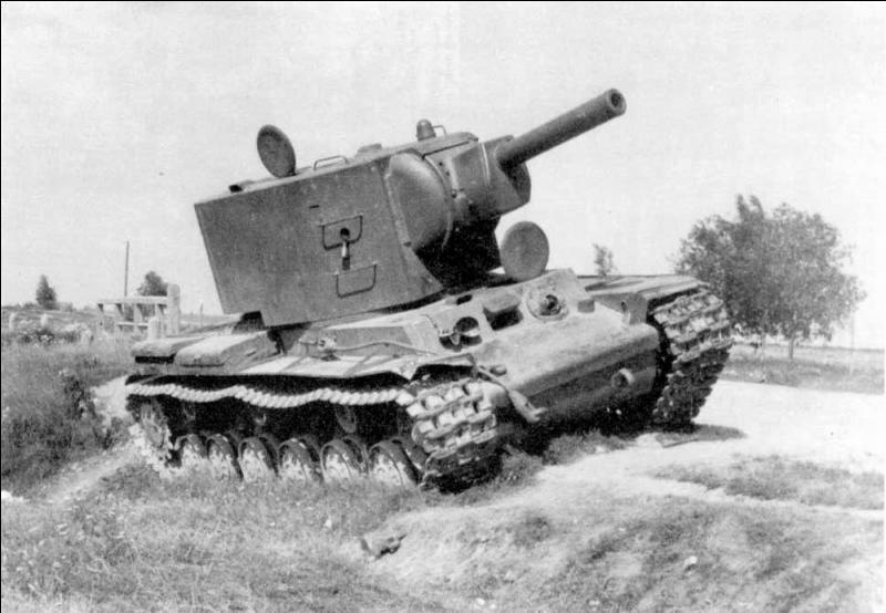 Quelle char soviétique, variante du KV-1, avait comme armement principal un obusier de 152 mm monté sur une énorme tourelle cylindrique ?