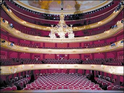 Comment appelle-t-on le premier étage dans un théâtre ?
