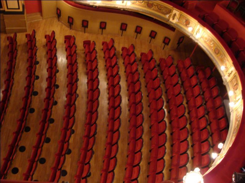Et, si vous êtes placés devant la scène, sur des fauteuils ?