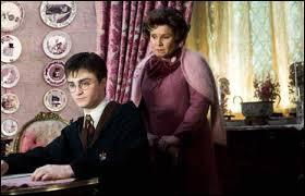 Lors de la colle qu'Ombrage a donnée à Harry, quelle est la phrase que cette dernière lui demande d'écrire ?