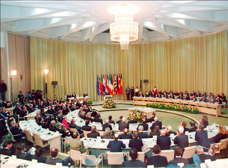 En quelle année le Traité de Maastricht, par lequel la Communauté économique européenne devient Union européenne est-il signé?