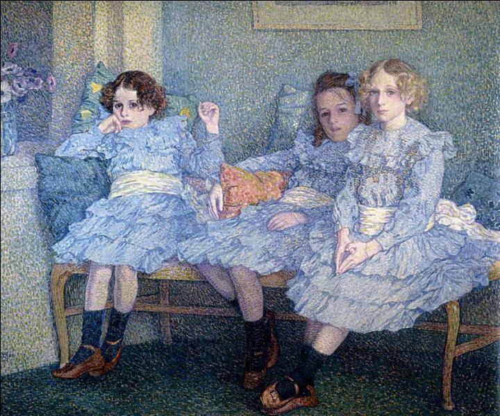 Trois enfants dans le bleu.
