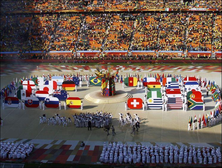 Le 12 juin 2014, la cérémonie d'ouverture a lieu dans l'Arena tout neuf de Sao Paulo. Quand commence-t-elle ?