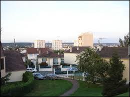 Nous sommes à Mantes-la-Ville, ville francilienne située dans le département ...