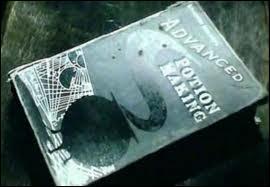 Quelle est la particularité du livre de potions de Harry ?