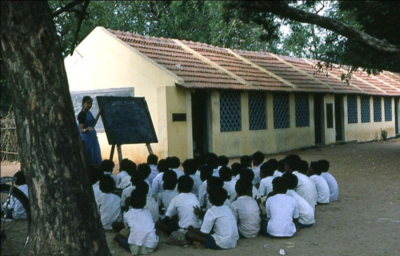 Quel pays a promulgué une loi visant à rendre l'école obligatoire et gratuite pour tous, le premier avril 2010 ?