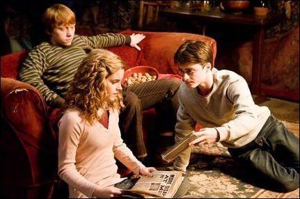 Qu'est-ce que Harry tient dans sa main gauche ?