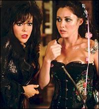 """Dans l'épisode """"Halloween chez les Halliwell"""" comment les 3 sœurs se retrouvent-elles dans le passé?"""