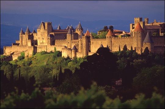 La Cité de Carcassonne, ensemble architectural médiéval unique en Europe, doit sa renommée à sa double enceinte de trois kilomètres de longueur comportant 52 tours.