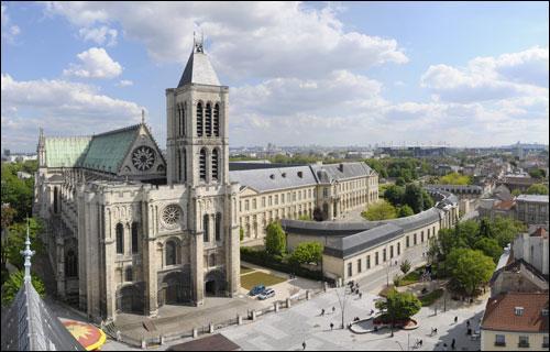 La basilique royale de Saint-Denis a été le premier chef d'œuvre monumental de l'art gothique. Elle abrite la nécropole royale.