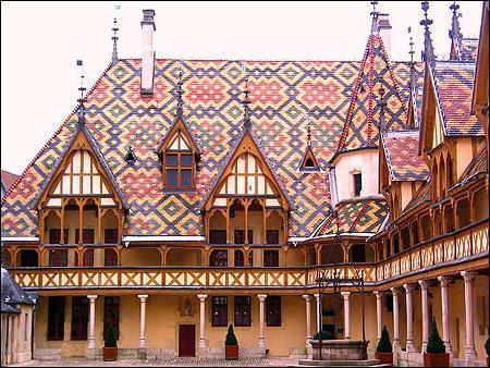 """La vocation des fondateurs des Hospices de Beaune, au XVe siècle, était de venir en aide aux pauvres. Ce """"palais pour les pôvres malades"""" a accueilli gratuitement ses patients du Moyen Âge au XXe siècle."""