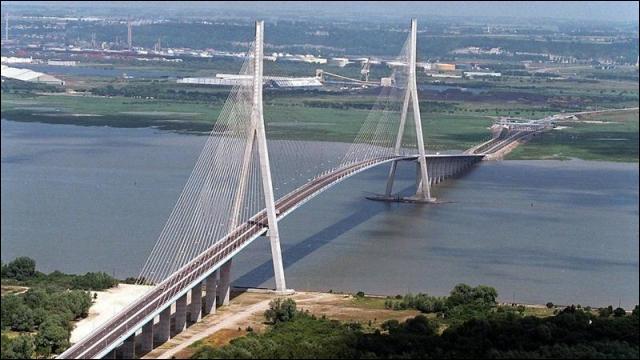 Le pont de Normandie, pont à haubans, relie Le Havre à Honfleur.