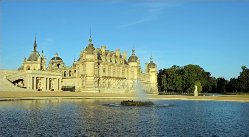 Le château de Chantilly, dans la vallée de la Nonette, fut légué en 1897 à l'Institut de France par Henri d'Orléans.