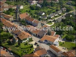 Voici le village Meurthe-et-Mosellan de Bouxières-aux-Chênes vu du ciel. Il se situe en région ...