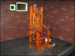 Mise au point à la fin du XIXe siècle, la chaise électrique est l'instrument sinistrement connu pour exécuter un condamné par électrocution. Quelles décharges sont envoyées dans le corps durant l'application de la sentence ?