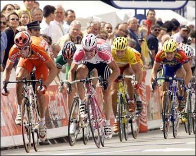 Il est devenu l'homme le plus rapide du Tour, dans l'étape en ligne Laval-Blois en 1999 en réalisant la moyenne horaire de 50, 355 km/h...