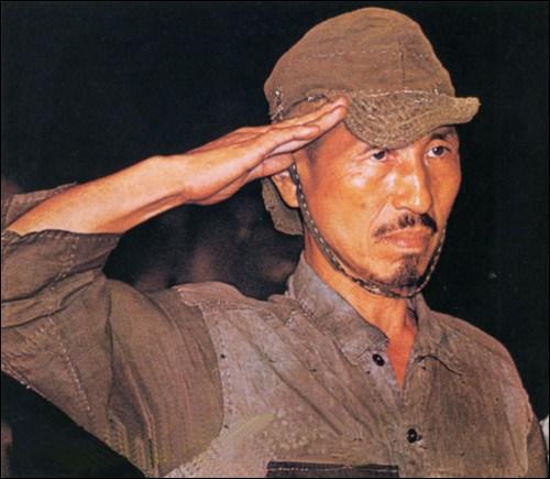 La photo de ce soldat japonais, Hiroo Onoda, est célèbre, car il a vécu une histoire incroyable. Durant la seconde guerre mondiale, il est envoyé sur l'île de Lubang, aux Philippines, avec ordre de retarder au maximum l'avancée américaine ...