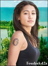 Dans la saison 1, lorsqu'Alex rejoint Alice en Nouvelle-Calédonie, quelle est la réaction de cette dernière ?