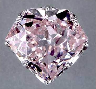 Quel nom de fleur porte ce diamant rose en l'honneur de la fille de Joséphine de Beauharnais, reine de Hollande, et actuellement exposé au Louvre ?