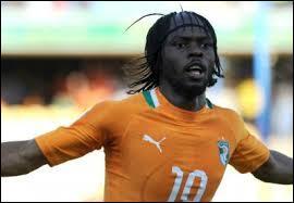Il a marqué lors des deux premières rencontres de son équipe. Comment s'appelle cet attaquant ivoirien reconnaissable à sa coiffure ?