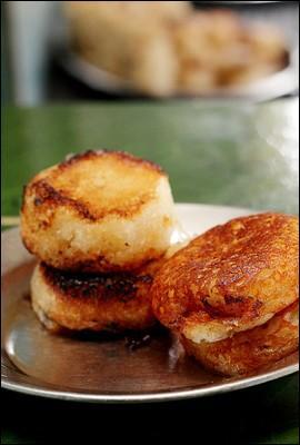 Comment appelle-t-on ce beignet sucré, préparé avec de la farine de riz, et que les Malgaches adorent ?