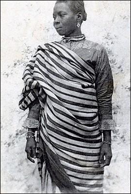 Cette pièce de coton ou de soie est portée aussi bien par les hommes que par les femmes malgaches. Il s'agit du :