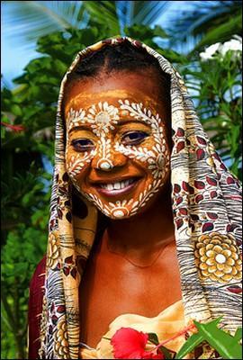 Dans certaines régions de l'île, les femmes portent, même dans la rue, un masque de beauté jaune, qui purifie la peau et protège du soleil. À base de quoi ce masque est-il fait ?
