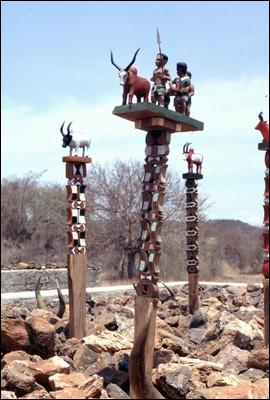 Ce totem surmonte les tombeaux à Madagascar. Comment l'appelle-t-on ?