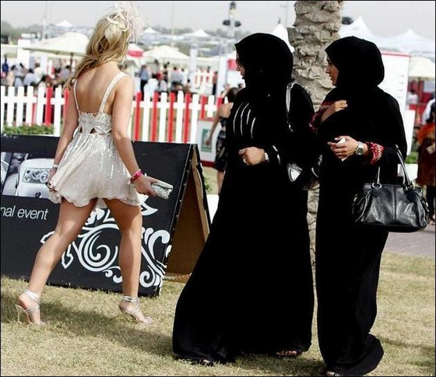 C'est quand-même plus facile de faire la ola dans cette tenue, nous précise cette supportrice du PSG, je suis un pays où les cheiks ne sont jamais sans provisions !
