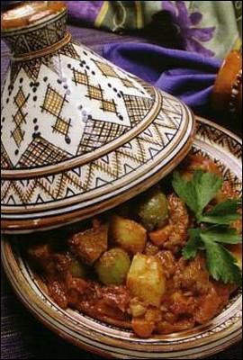 Quel est le nom de ce plat traditionnel marocain, composé de morceaux de viande cuits à l'étouffée avec des légumes et diverses épices dans un ustensile à la forme si particulière ?