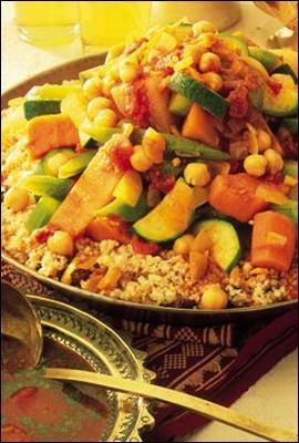Sur cette photo est représenté LE plat traditionnel d'Afrique du Nord, qui est préparé avec de la semoule, de la viande et des légumes. C'est :