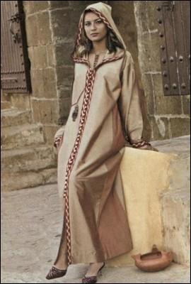 """Cette longue et large """"robe"""" à capuchon est portée par les hommes et les femmes du Maghreb. Il s'agit :"""