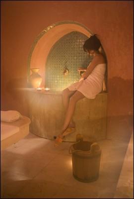 Dans quels établissements les marocains prennent-ils des bains de vapeur chaude ?
