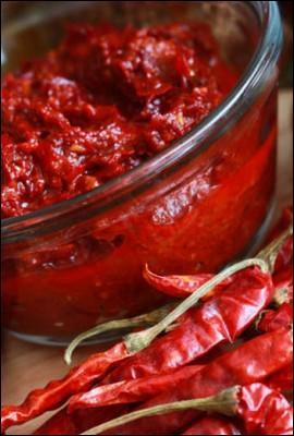 Ce condiment à base de poudre de piment rouge et d'huile sert à relever certains plats. C'est de :