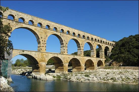 Languedoc-Roussillon. Pont-aqueduc romain à trois niveaux, entre Uzès et Nîmes !