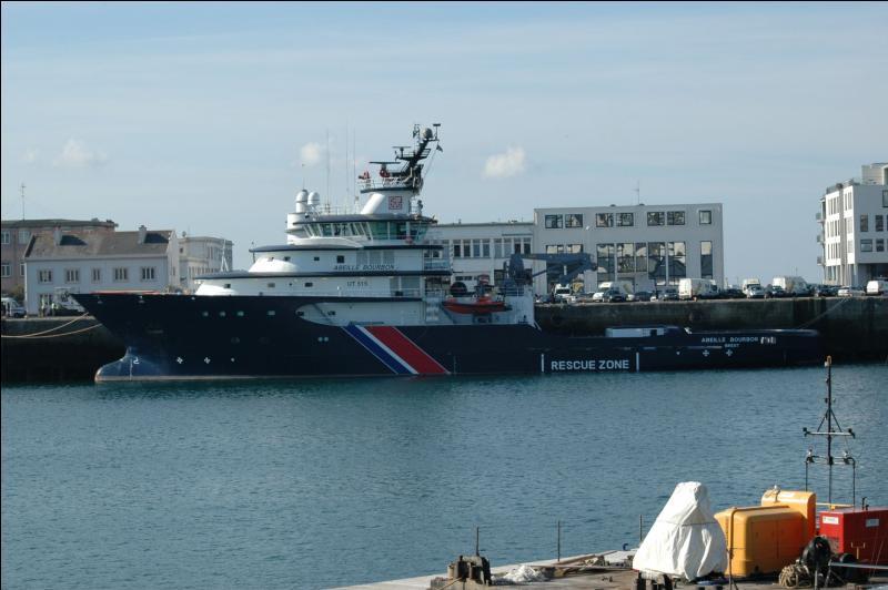 Bretagne. Port militaire. Tonnerre !