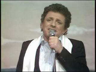 Complétez cette chanson : Je frappe au n° 1, je d'mande mam'zelle ....
