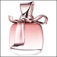Ravissante bouteille de parfum qui porte le nom :